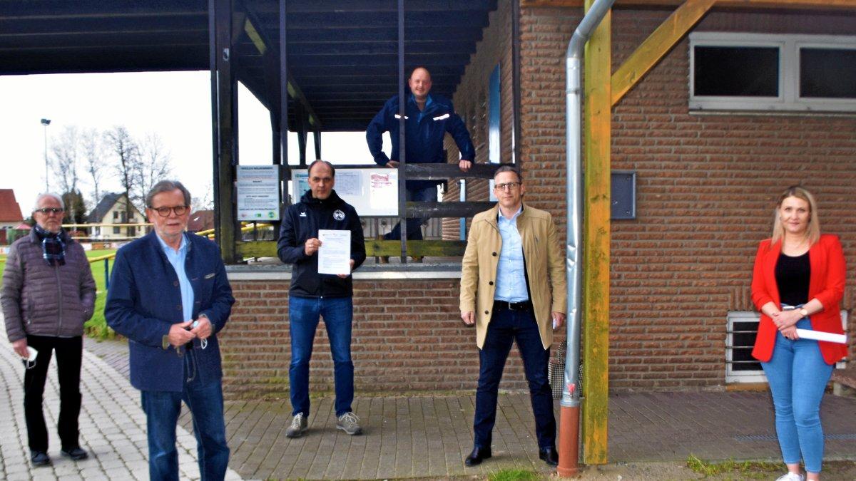 Die Sanierung des Sportheims des TuS Müden kann starten. Werner von Grünhagen (von links), Horst Schiesgeries, Heiko Bars, Maik Marienfeld, Lutz Hesse und Sarah Bethke stellten die Details vor.